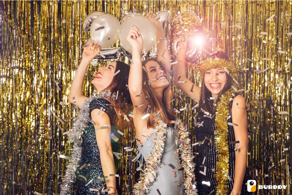 De jeunes femmes jouent les stars devant l'objectif du photobooth Burddy