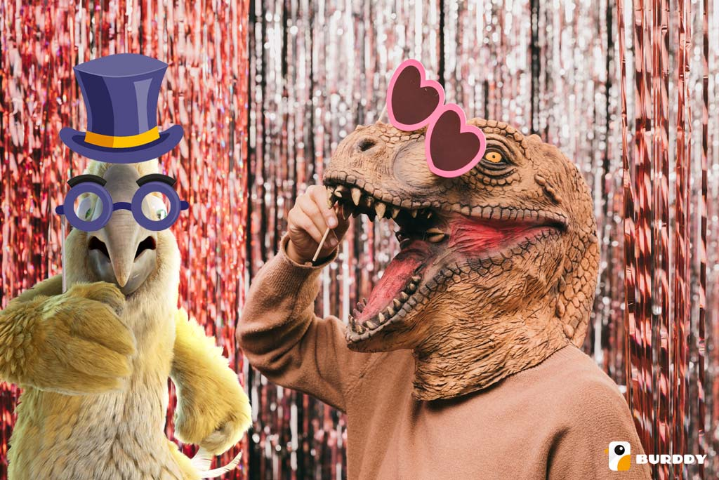 Pablo de Burddy et son ami le dinosaure profitent d'une animation de carnaval originale avec le photobooth